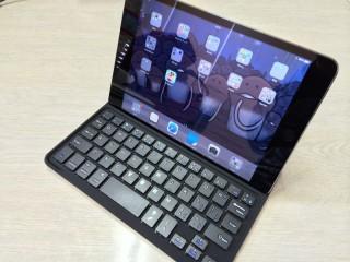 キーボード本体の溝にiPadを挿し込みます